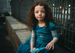 Luna en la plaza. (Adolfo Rozenfeld) Tags: bokeh 7artisans35mmf2 sonnar ojos dress costume dof azul naturallight luznatural child manuallens retrato eyes blue kid luna potrait