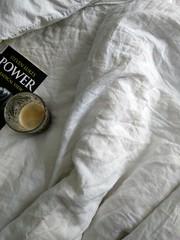 FRIHET är också att ligga kvar i sängen och läsa en bok. #fotosöndag #frihet (maria.forss) Tags: fotosöndag frihet