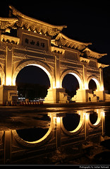 Liberty Square Main Gate Reflected in a Rain Puddle at Night, Taipei, Taiwan (JH_1982) Tags: liberty square 自由廣場 main gate arch paifang 牌坊 chiang kaishek memorial hall 中正紀念堂 monument reflection reflections spiegelung puddle pfütze rain regen lights light leuchten dunkel dark darkness nacht night nuit noche notte 晚上 夜 ночь beleuchtet beleuchtung lumière luz 光 свет evening architecture taipeh 臺北市 taipéi taipé 台北市 타이베이 시 تايبيه táiwān taiwan roc 臺灣 台灣 中華民國 中華民国 중화민국 китайская республика تايوان चीनी गणराज्य