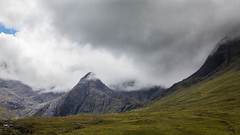 Foot of the Black Cuillin Mountains from Glen Brittle (pepsamu) Tags: 2017 scotland skye isleofskye escocia isladeskye uk unitedkingdom reinounido britain theuk landscape panorama mountain ridge montaña cordillera cloudy clouds nuboso nubes valle valley green verde field glen glenbrittle
