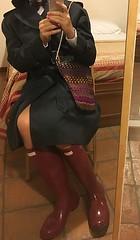navy raincoat and gloss burgundy hunter boots (fioremaria1973) Tags: maninskirt maninwellies menintights meninbowtie hunterboots hunter hunterwellies maninhunterboots meninhunterboots botashunter stivalihunter botasdegomahunter gummistiefelhunter bottesencaoutchouchunter raincoat sissyinraincoat maninraincoat