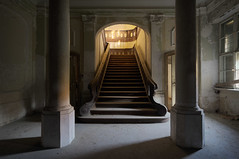 Das sonnige Schloss (1) (david_drei) Tags: lostplace abandoned decay treppe schloss castle lp lost