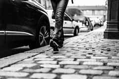 Un pas devant l'autre. (LACPIXEL) Tags: pas step paso pavé cobblestone rue street calle noiretblanc blancoynegro blackwhite sony 365 flickr lacpixel streetphotographer photographederue