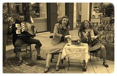 Les pieds nickelés musiciens et éplucheurs de légumes - Avignon (chriskatsie) Tags: spectacle rue street musique vaucluse avignon bodylanguage body language people masque mask artist art artiste