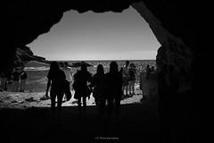 Cerco il sole ma non c'è (.KiLTRo.) Tags: kiltro it italy italia vernazza cinqueterre gente people beach dark darkness silhoutte women girls cave sea ocean water mediterranean