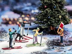 NOCH-Adventskalender  - Piste Loipe gesperrt (J.Weyerhäuser) Tags: bauarbeiter nochadventskalender weihnachtsmarkt sperrung skifahrer h0 nochfiguren