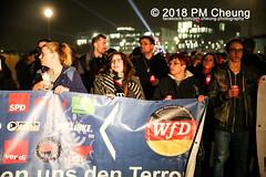 """Rechter Aufmarsch von """"Wir für Deutschland (WfD)"""" und antifaschistische Gegenproteste – 09.11.2018 – Berlin - IMG_9153 (PM Cheung) Tags: wirfürdeutschlandwfd trauermarschfürdieopfervonpolitik antifa gegenprotest berlinmitte demonstration verbot andreasgeisel novemberpogrome 09112018 regierungsviertel tiergarten hauptbahnhofberlin neonazis afd rechtspopulisten berlingegennazis 80jahrestagreichspogromnacht wfdaufmarsch auchnach80jahren–keinvergessenkeinvergeben reclaimclubculture faschismuswegbeamen polizei pmcheung demo protest kundgebung 2018 protestfotografie pomengcheung mengcheungpodemo antifaschisten b0911 wwwpmcheungcom rechtsruck berlinerbündnisgegenrecht lichtangegennazis facebookcompmcheungphotography"""