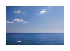 Impossibilité de voir rouge. (Scubaba) Tags: europe espagne catalogne couleurs colors mer sea ciel sky nuages clouds bleu blue