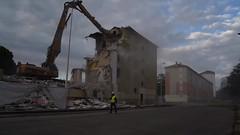 Alès Pres st jean-8783 (YadelAir) Tags: alès immeuble destruction pelleteuse débris démolition rue noiretblanc habitat hlm