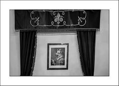 Du style... (Panafloma) Tags: 2018 bandw bw belcastel fr famille france géographie nadine nadinebauduin natureetpaysages objetselémentsettextures personnes techniquephoto végétaux blackandwhite chateau décoration monochrome noiretblanc noiretblancfrance peinture rideaux