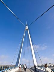 Futuristisch / Futuristic # 2 (schreibtnix on 'n off) Tags: reisen travelling frankreich france normandie lehavre bassindecommerce brücke bridge himmel sky blau blue futuristisch futuristic olympuse5 schreibtnix