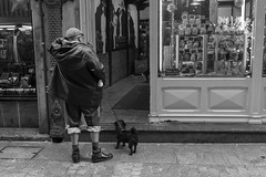 con mi mascota (Samarrakaton) Tags: samarrakaton bilbao bilbo bizkaia 2018 santotomás mercado nikon d750 2470 gente people urbana urban callejera street byn bw blancoynegro blackandwhite monocromo
