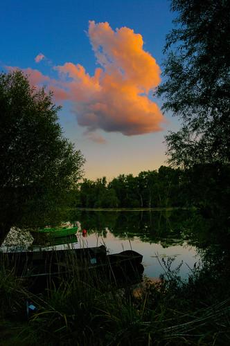 Die rote Abendwolke über dem See bei Karlsruhe
