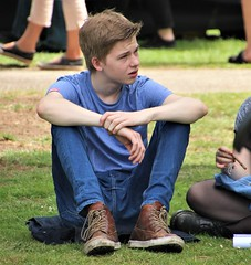 IMG_3317 (Skinny Guy Lover) Tags: outdoor people candid sitting sit seated jeans bluejeans teenageguy teenagerguy park