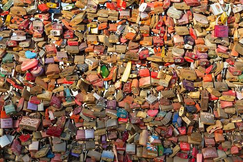 Liebesschlösser an dem Geländer der Hohenzollerbrücke in Köln