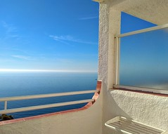 (aliciap.clausell) Tags: relax mediterráneo sea mar seascape aliciapclausell azul blue vacaciones terraza balcon vistas habitacion hotel sol cielo sky calma luz sun ligth window españa granada ventana