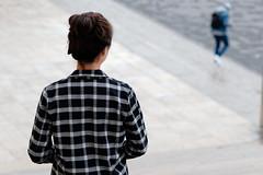 S'éloigner... (Paolo Pizzimenti) Tags: fille amoureux éloigner serveur nuit paris paolo olympus zuiko omdem1mkii penf 75mm 17mm f18 film pellicule argentique doisneau