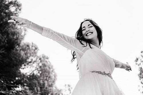 Novia radiante, novia feliz @issirguez con vestido de @franc_sarabia