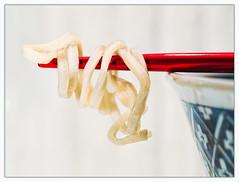 Contact Mie! (Silke Klimesch) Tags: macromonday intendedcontact highkey mienoodles mie pasta chopsticks bowl japanese red blue white cream porcelain wood food miegoreng noodles curly goldilocks contact 2010theyearwemakecontact nudeln mienudeln essstäbchen schale japan kontakt goldlöckchen porzellan holz baguettes couvertsasiatiques bacchetteperilcibo bețișoare palillos hashi pauzinhos eetstokjes spisepinde pałeczki puikko yemekçubukları палочкидляеды 箸 筷子 젓가락 pâtes nouilles massa tăieței nuudelit лапша şehriye olympus omd em5markii mzuikodigitaled60mm128macro microfourthirds luminar on1photoraw strangethingsfrommykitchen makemesmile