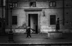 Moving in opposite directions (migliosa) Tags: firenze florence italy italia italie toscana tuscany bw biancoenero blackwhite strada coppia gente walking passeggio statua lampione streetlamp