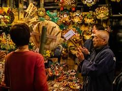 negotiation is established (kasa51) Tags: torinoichi festival shrine tokyo japan 酉の市前夜祭 花園神社 night people street 縁起熊手 luckyrake 手締め 商売繁盛