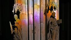 im Richt(er)-igen Licht (karinrogmann) Tags: kölnerdom säule figuren licht richterfenster