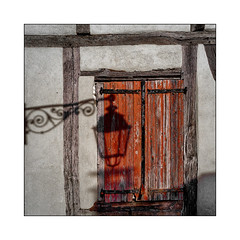 Le lampadaire (Jean-Louis DUMAS) Tags: volets fenêtre window ombre luminaire lampe lampadaire light lumière sunlight rouge red