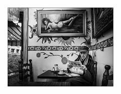 Un coin tranquille. (francis_bellin) Tags: 2018 homme café chezjosé noiretblanc monochrome journal street bw chaud photoderue montréal streetphoto froid octobre blackandwhite