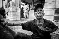 Il voulait me faire la peau avec sa machette... (Ma Poupoule) Tags: banda bandaisland bandaneira island moluques maluku indonésie indonésia indonesia asie asia pêcheur fisherman nb noirblanc noir biancoenero bianconero blackwhite bw porträt portrait ritratti ritratto visage