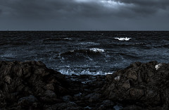 rauhe see... (st.weber71) Tags: nikon natur wasser nordsee northsee art wellen steine ufer brandung deutschland d850 himmel flut outdoor wetter sturm horizont darkart germany wellengang