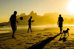 (Léo Araújo Foto) Tags: praia sonya6000 leoaraujofotografo silhuetas praiadoarpoador fimdetarde pordosol