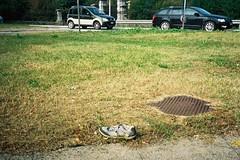 On the road (56) (sirio174 (anche su Lomography)) Tags: scarpa shoes abandoned abbandonata aiuola spartitraffico como lazzago degrado italia italy