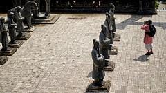 Vietnam - Hué. Face à face dans la cour d'honneur du tombeau de Khai Dinh. (Gilles Daligand) Tags: vietnam hué courdhonneur tombeau khaidinh statues touriste faceàface