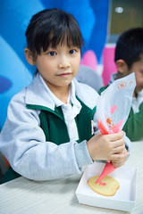 LiveABC Christmas Party 07 (ArdieBeaPhotography) Tags: class small children boy girl parent elementary primary school little young mother mum mom familiy teacher cookie biscuit christmas party icing squeeze help hold cut frosting decorate classroom table chair sit seat desk share cooperate together work concentrate focus craft baking kids 小 班 孩子 女儿 儿子 桌子 妈妈 爸爸 母亲 父亲 老师 五颜六色 糖 糖分 糖衣 饼干 帮助 圣诞 教室 pink tamronspaf2875mmf28xrdildasphericalif