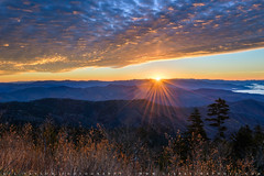Clingmans Dome Sunbeam Sunrise (lestaylorphoto) Tags: america usa tennessee greatsmokymountains smokymountains nationalpark travel nature mountains trees hills autumn foliage leaves nikon z7 leslietaylor lestaylor lestaylorphoto layers light colors morning sunrise sunbeams beams starburst clouds