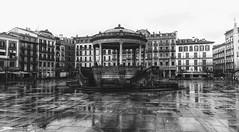 Kiosko de la Plaza del Castillo, Pamplona (jumaro41) Tags: pamplona kiosko plaza navarra blanco y negro lluvia mojado edificios