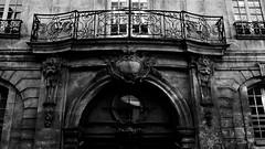 7 - Paris - Rue des Francs Bourgeois - Hôtel d'Albret -  Façade, Détail (melina1965) Tags: îledefrance paris 2019 février february panasonic lumix dmctz57 noiretblanc blackandwhite bw 4earrondissement 75004 façade façades sculpture sculptures porte portes door doors bois wood fenêtre fenêtres window windows balcon balcons balcony balconies