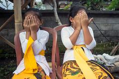shy (kuuan) Tags: manualfocus mf voigtländer15mm cvf4515mm 15mm bali indonesia sonynex5n festival temple kids girls shy malu