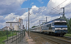 SNCF CC72087 passing the grain silo at Songy, Marne, with a Reims-Dijon express on 7August2001. (mikul44171) Tags: silo cc72087 song marne express shorttrain