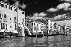 _DSC9443 (fjsmalaga) Tags: italia ciudad mar rio canal bn d7100 nikon dng venecia manos escultura
