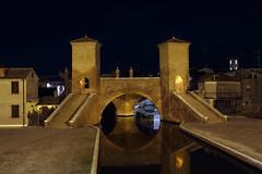 Comacchio, i Trepponti - Trepponti bridge in Comacchio (Roberto Marinoni) Tags: comacchio trepponti emiliaromagna bellitalia ponte bridge canali canals riflessi reflections notte night