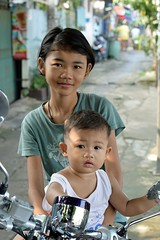 sister and brother (the foreign photographer - ฝรั่งถ่) Tags: sister brother children motorcycle khlong thanon portraits bangkhen bangkok thailand nikon d3200 happyplanet asiafavorites