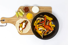 Eine vegetarische Fajita mit Paprika und Pilzen, scharfer Tomatensoße, Cheddar-Käse und Schmand mit Limettensaft mit dem Zutaten auf einem Brettchen auf weißem Hintergrund in der Aufsicht (verchmarco) Tags: food hellofresh lebensmittel ernährung hellofreshde kochen essen healthy foodporn noperson keineperson cooking vegetable gemüse pepper pfeffer desktop meal mahlzeit spice würzen gesund delicious köstlich health gesundheit grow wachsen dinner abendessen hot heis cuisine traditional traditionell epicure feinschmecker closeup nahansicht wood holz dish gericht manhattan dawn avatar new cold nyc leica newyork bar pentax