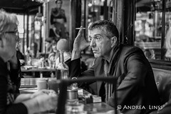 paris... (andrealinss) Tags: frankreich france paris parisstreet 35mm andrealinss bw blackandwhite schwarzweiss street streetphotography streetfotografie cafe portrait