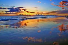 Reflexos (Zéza Lemos) Tags: portugal praia puestadelsol pordesol algarve água areia gaivotas mar natur natureza núvens céu canon contraluz ciel calor sunset sol sunny