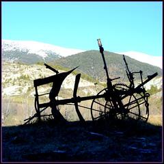 Repos hivernal, ou éternel repos... (RarOiseau) Tags: v1000 montagne alpesdehauteprovence silhouette campagne saariysqualitypictures