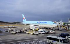 Korean Air Boeing 777-2B5(ER) HL7714 (Kan_Rattaphol) Tags: aircraft airplane airlines boeing b777 b777200er hl7714 ke koreanairline koreanair nrt rjaa naritainternationalairport naritaairport