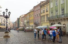 Attroupement de parapluies, Place du marché (Vincent Rowell) Tags: lamppost architecture rynoksquare marketsquare umbrellas rain photoshopped ukraine2018 raw lviv ukraine