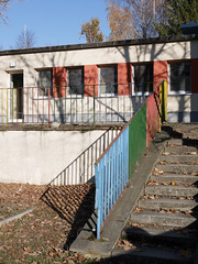 Das Geländer. / 16.11.2018 (ben.kaden) Tags: berlin pankow klothildestrase architekturderddr architektur schatten geländer 2018 16112018