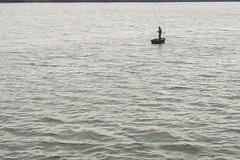 Solitär-Angler.... (roswithaantoniak) Tags: hengsteysee wasser angler boot